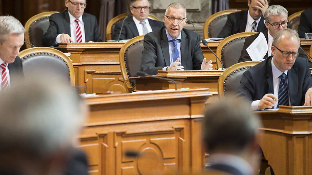 Der Luzerner CVP-Ständerat Konrad Graber (Mitte) erklärt, warum die AHV-Renten um 70 Franken erhöht werden müssen. Der Zuschlag ist die wichtigste Differenz zwischen Ständerat und Nationalrat bei der Reform der Altersvorsorge.