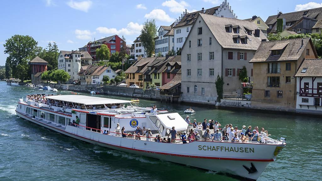 Die Taucherin, die am Sonntag tot aus dem Rhein geborgen wurde, starb beim Zusammenstoss mit einem Kursschiff. (Archivbild)