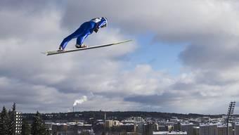 Tim Hug, der letzte Schweizer Teilnehmer bei der Nordischen Kombination über der Skyline von Lahti.