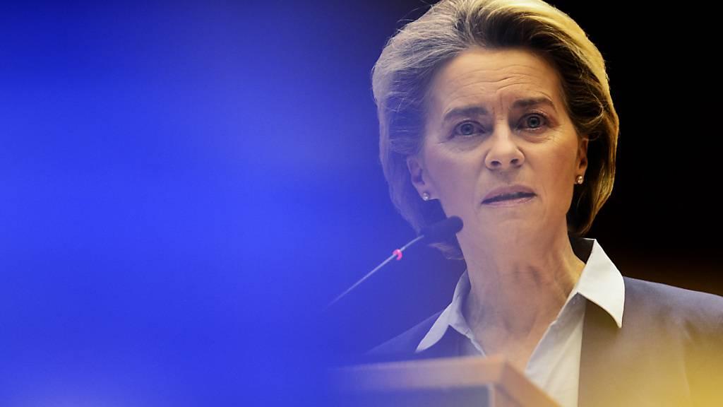 Ursula von der Leyen, Präsidentin der Europäischen Kommission, spricht während einer Debatte über das einheitliche Vorgehen der EU bei Corona-Impfungen im Europäischen Parlament. Foto: Johanna Geron/Pool Reuters/AP/dpa