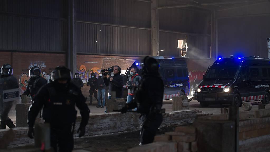 Mitglieder der Mossos D'Esquadra, der Regionalpolizei von Katalonien, sind im Einsatz bei der Räumung einer illegalen Rave-Party. Foto: Lorena Sopena/EUROPA PRESS/dpa