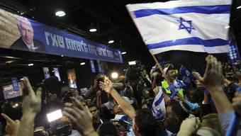 Anhänger von Netanjahu freuen sich über den Wahlausgang in Tel Aviv