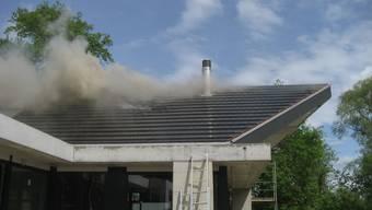Rauch steigt aus dem Dach.