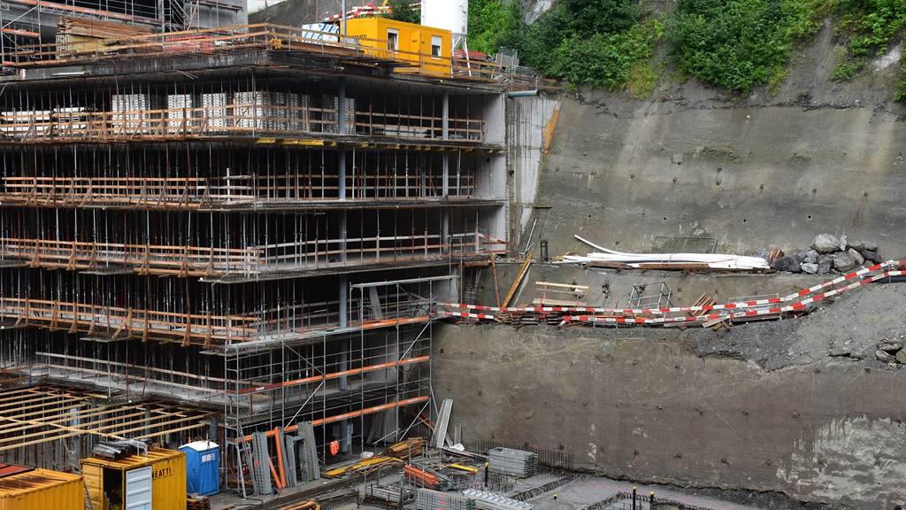 Der Bauarbeiter ist sechs Meter in die Tiefe gestürzt.