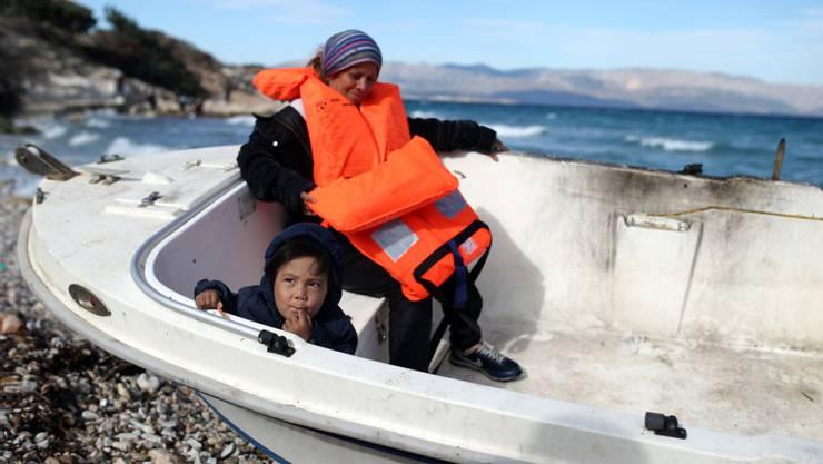 Flüchtlinge an der türkischen Küste in der Region Cesme in der Provinz Izmir vor der Überfahrt zur griechischen Insel Chios. (Archivbild)