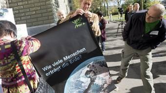 Die Ecopop-Initiative wird von den Initianten am 2. November 2012 eingereicht (Archiv).