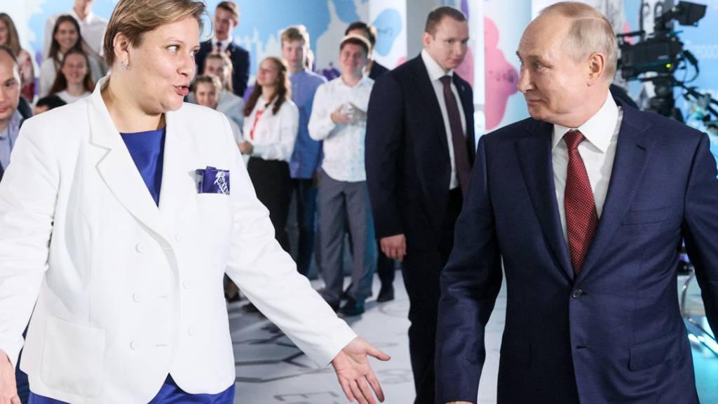 Präsident Putin patzt bei Gesprächsrunde mit Schülern