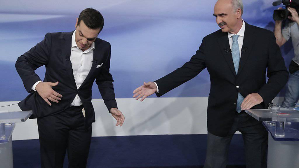 Keine Krawatte, aber zu viele Kabel: Ex-Regierungschef Alexis Tsipras (l.) vor dem Fernseh-Duell mit seinem Wahl-Rivalen von der konservativen Nea Dimokratia, Evangelos Meimarakis.