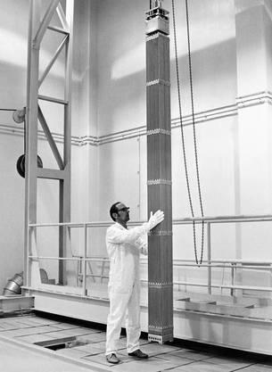 Eintreffen der ersten nuklearen Brennstoffelemente auf der Beznau, wo sie von den Experten einer Prüfung unterzogen wurden. Ein Brennstoffelement besteht aus einem Rohrbündel, wobei die Rohre mit Uranoxydpillen gefüllt sind. 121 solcher Brennstoffelemente bildeten die Brennstoffladung des Reaktors.