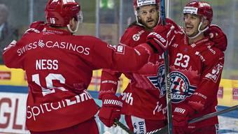 Nico Dünner (rechts) freut sich über seinen Treffer zum 3:0 gegen Ambri-Piotta. Bild: Patrick B. Krämer/Keystone (Rapperswil, 14. September 2019)