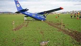 Kleinflugzeug stürzt bei Start ab - drei Personen leicht verletzt