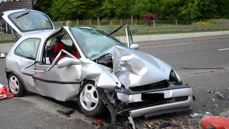 Das Unfallauto nach der Kollision mit der Gartenmauer