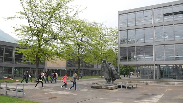 Schülerinnen und Schüler der Kantonsschule Baden sind nach den Vorwürfen von SVP-Grossrat Glarner empört.