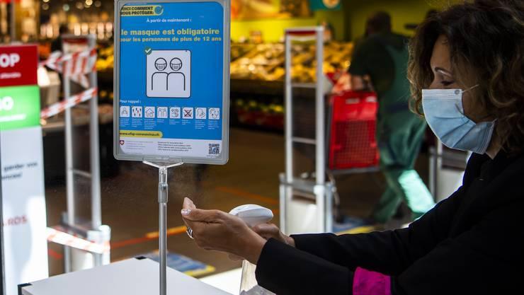 Mit Maske beim Einkaufen. (Symbolbild)