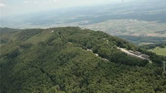 Die Armeeanlage befindet sich auf dem Hellchöpfli in 1200 Meter Höhe. Weil die Zugangsstrasse von der Bürgergemeinde nicht freigegeben wird, können aber die Asylsuchenden dort aber nicht untergebracht werden.