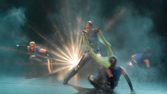 Rauchige Atmosphäre: Das Showballett Dance Project aus Aarau tanzte im alten Gemeindesaal zu pulsierender Rock-Musik. (Markus Christen)