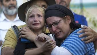 Die Familie des erstochenen 13-jährigen Mädchens weinen in der jüdischen Siedlung Kirjat Arba.