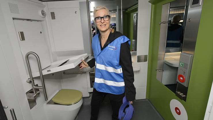 Mindestens ein behindertengerechtes WC inklusive Wickeltisch gibt es in den neuen Doppelstockzügen, wie Jeannine Pilloud, Leiterin Personenverkehr bei der SBB, am Montag an einer Präsentation in Villeneuve vorführte