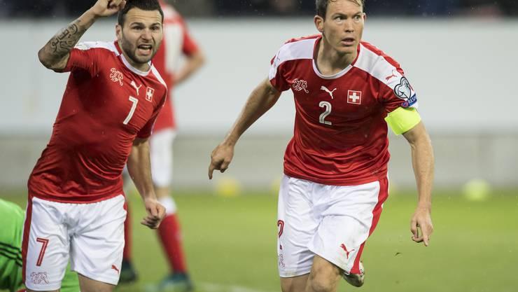 Stefan Lichtsteiner und Renato Steffen bejubeln das 2:0.