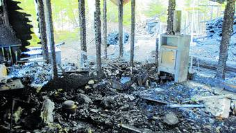60 000 Franken Schaden: Die Waldhütte der Ornithologen nach dem Brand, der vor dem Kreisgericht verhandelt wurde.