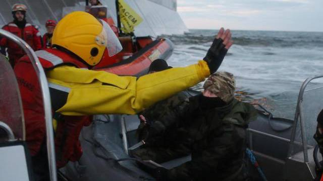 Aktivisten klettern auf die Ölplattform