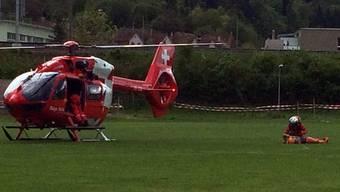 Nach einer Zwischenlandung auf dem Sportplatz Stausee, wo die Patientin in den Helikopter umgeladen wurde, transportierte die Rega die Frau ins Spital.
