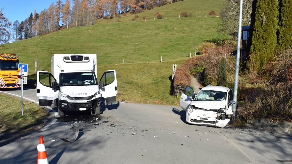 Autolenker nach Kollision mit Lieferwagen verletzt