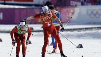 Startläufer Curdin Perl (r.) übergibt als Vierter an Jonas Baumann