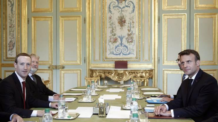 Facebook-CEO Mark Zuckerberg (l.) und Frankreichs Präsident Emmanuel Macron am Freitag bei ihrem Treffen im Elysée-Palast in Paris.