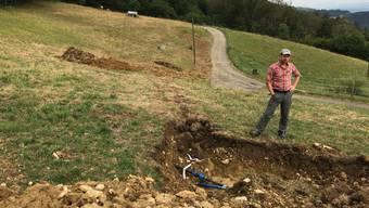 Letzte «Spuren» des Wasserleitungseinbaus auf dem Oberberg. Michael Bur erklärt, warum die neue Leitung nötig war und wie sie eingebaut wurde.