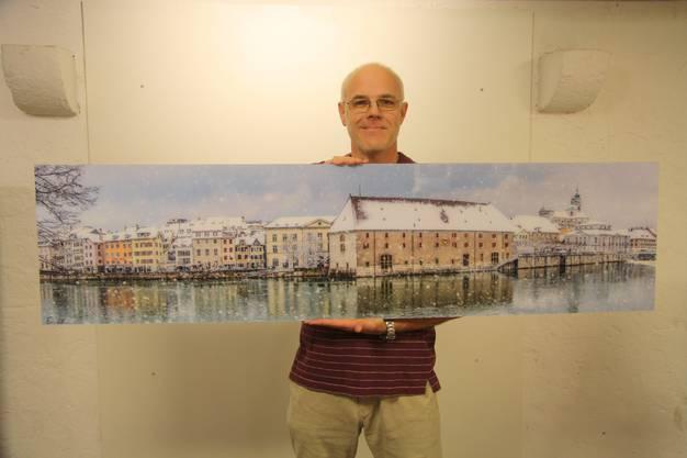 Ernst Christen  zeigt ein Prachtsstück aus seinem Bildband Solothurn.
