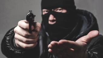 Eine 19-Jährige wurde am Freitagabend mit einer Waffe bedroht und ausgeraubt. (Symbolbild)