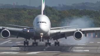 Für Aviatikfans eine Augenweide, für Flugängstige ein Albtraum: Die Landung der Emirates-Maschine aus Dubai am Donnerstag.