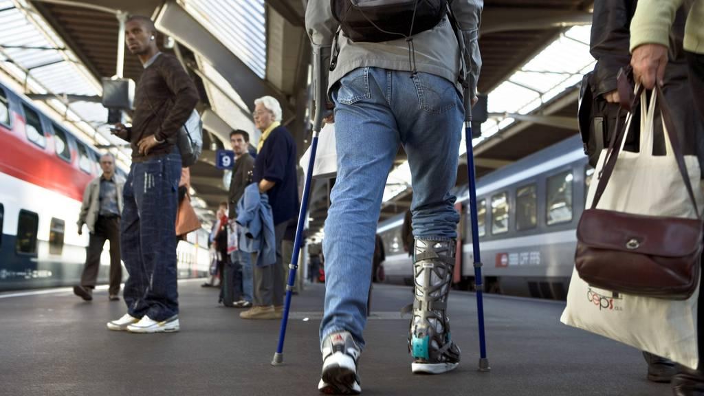 Drei junge Männer verprügeln 55-Jährigen an Krücken