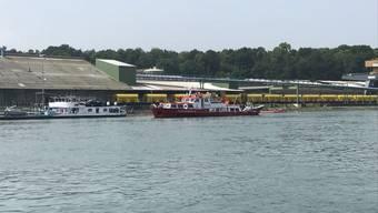 Bei einem mit Dieselöl beladenen Motortankschiff ist am Samstagmorgen Wasser eingetreten. (Bild: Polizei Basel-Landschaft)