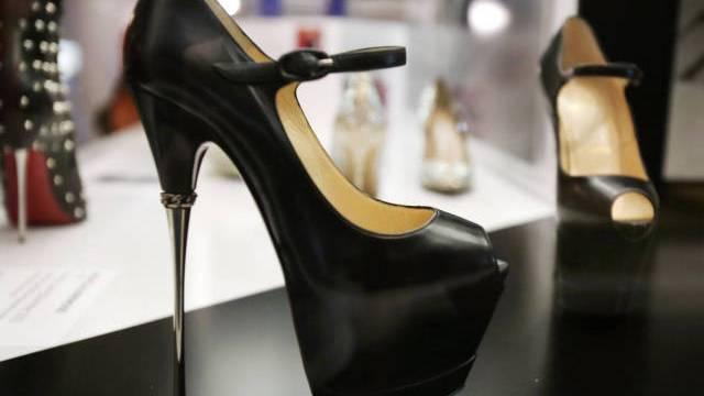 Ein Paar Christian Louboutin-Schuhe in der Ausstellung