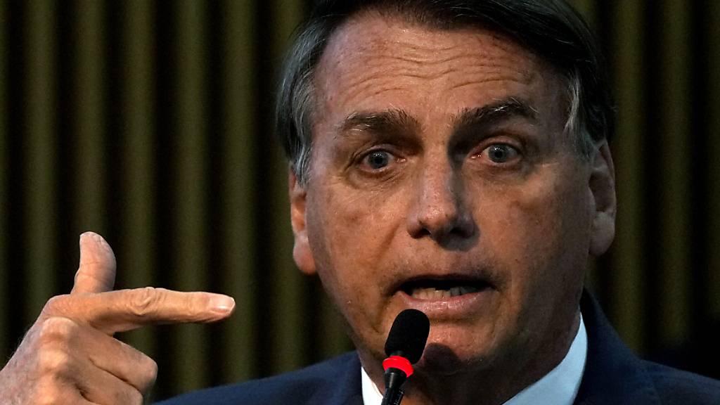 Brasiliens Präsident Jair Bolsonaro spricht während einer Zeremonie im Ministerium für Staatsbürgerschaft in Brasilia, Brasilien. Nach wiederholten Attacken gegen das Wahlsystem hat der Oberste Wahlgerichtshof Brasiliens eine interne Ermittlung gegen Präsident Jair Bolsonaro eingeleitet. Foto: Eraldo Peres/AP/dpa
