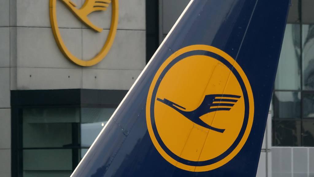Die Lufthansa sucht zur Schlichtung des Streits mit den Flugbegleitern das Gespräch mit den Gewerkschaften. (Archivbild)