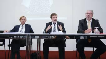 Andreas Bühlmann (Chef im Amt für Finanzen), Finanzdirektor Roland Heim und Beat Loosli (Präsident der Finanzkommission) bei der Medienkonferenz vom Donnerstag.