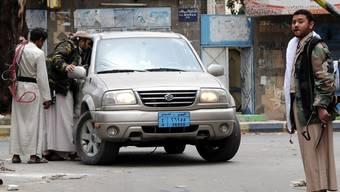 Stammeskämpfer kontrollieren ein Auto bei einer Strassensperre