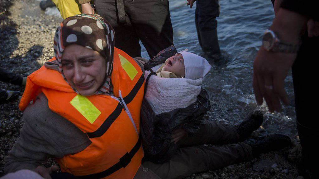 Illegale Grenzübertritte: Griechenland ist mit der hohen Zahl an Flüchtlingen überfordert und kann nicht alle registrieren. Wie diese auf der Insel Lesbos gestrandete Frau mit ihrem Baby verlassen viele die Türkei, um in die EU zu kommen (Archiv).