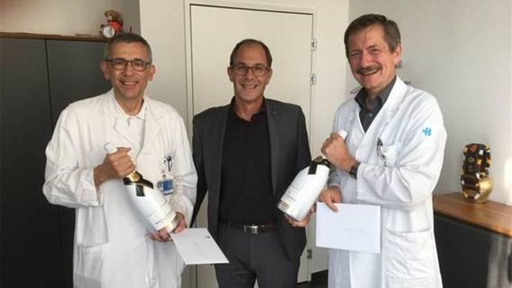 KSB-CEO Adrian Schmitter gratuliert Hans Rudolf Räz (l.) und Clemens Caspar (r.). ZVG
