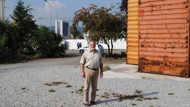 Zur Person: Der 64-jährige Lehrer ist im Schlieremer Stadtrat Ressortvorsteher Bau und Planung. Er ist seit 1998 Exekutivmitglied und gehört der SVP an. Bild: Jean-Claude Perrin im Stadtzentrum, wo der neue Stadtplatz gestaltet werden soll.