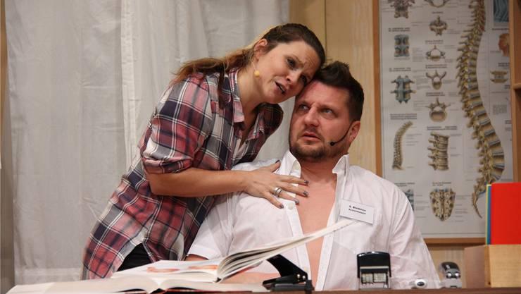 Lisa (Nicole Spiess) findet in der Komödie «Es verhängnisvolls Wochenend» sichtlich gefallen am Arzt Sebastian (Gianluca Fini).