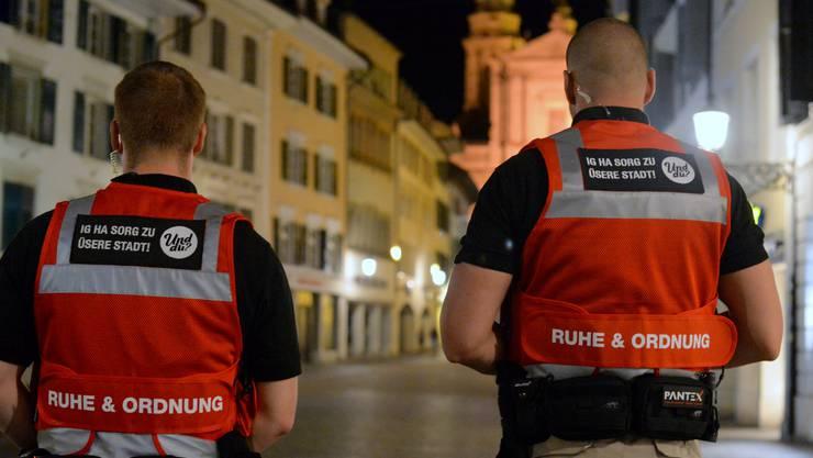 Der Leitsatz auf der Uniform verrät die Mission der beiden «Anstands-Patrouillen».