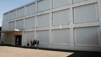 Mit Klebefolien abgedeckt: Das Schulhaus 2001.  ZA