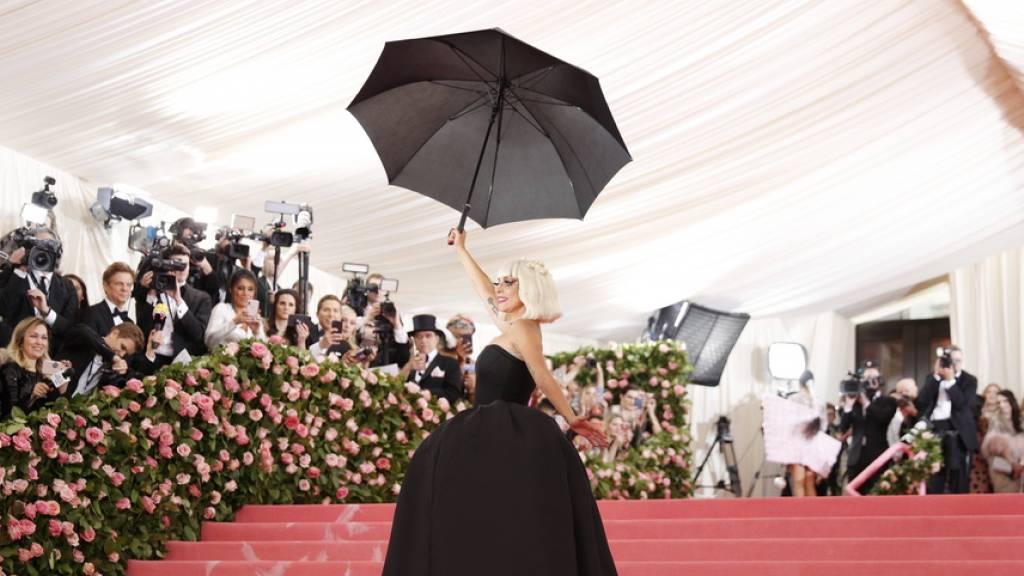 Lady Gaga bezeichnete die Presse als albern, weil diese Gerüchte befeuert hat, wonach sie und Bradley Cooper einander liebten. Aufgekommen waren die Gerüchte nach vermeintlich verliebten Blicken beim gemeinsamen Auftritt an der Oscar-Verleihung im Februar. (Archivbild)