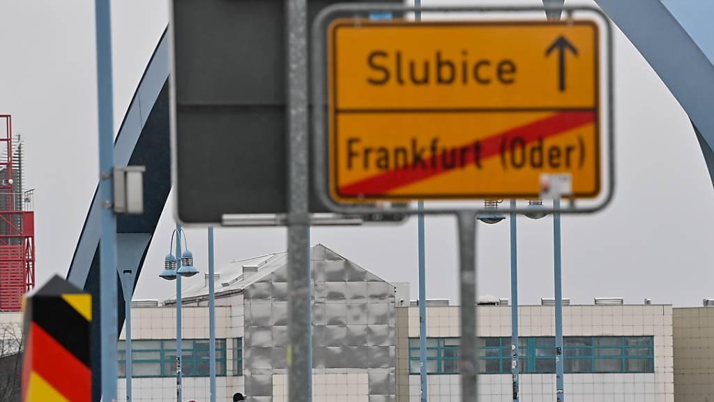 Zwei Personen gehen über den deutsch-polnischen Grenzübergang Stadtbrücke von Frankfurt (Oder) in Brandenburg nach Slubice in Polen. Foto: Patrick Pleul/dpa-Zentralbild/dpa