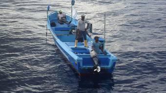 Die geretteten Fischer in ihrem Boot.