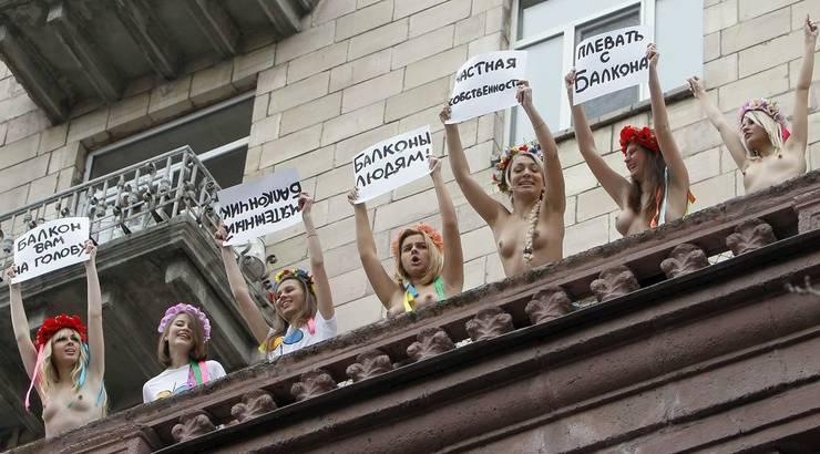 «Die Balkone sind unsere Schlösser», stand auf den Plakaten der nackten Damen